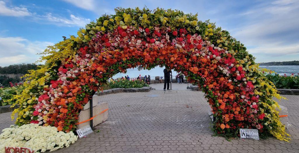Flower gate in Niagara - top place to take photo in Niagara